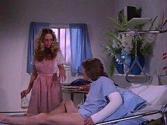 Enfermera Retro Foxy chupa y folla la polla de un paciente