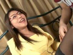 Caliente adolescente Mizuki Ogawa en gafas y muslo alto alto Stockin. Adolescente caliente Mizuki Ogawa en gafas y medias altas altas