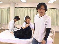 Ai Sayama travieso asiático de la enfermera cachonda, Ai Sayama es una enfermera muy asiática. Tiene la reputación de ser una enfermera salvaje porque le gusta dar mamadas dobles. Ella es una chica tetona que le gusta el grupo follando y un montón de acci