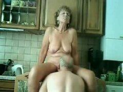 Mi madre consigue follada en la cocina, par viejo todavía como tener cargas de diversión en su vida sexual que se puede ver en esta película porno privada. Ella se lamió y follada en su coño viejo mientras él placeres su polla vieja.