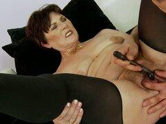 Gritando vieja señora Margo T disfruta una dura polla y juguetes sexuales
