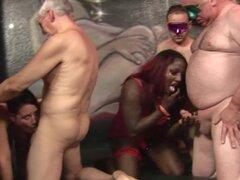 Tres mujeres en una orgía amateur son utilizadas por un grupo de hombres mayores