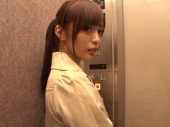Chica limpieza japonesa desnuda sólo quiere complacer a la polla