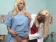 Doctora sexy rubia muy tetona y cachonda Jessicca Lynn follandose a su paciente Jazy Berlin con juguetes
