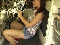 Tetona teen twat de juguete Alexa en el tanque, ejército tetona descarada muchacha adolescente Alexa follando a su pequeña cooshie pulido en un tanque