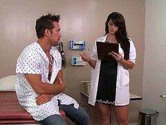 Esto es lo que sucede cuando te toca una doctora tan caliente como Alison Tyler