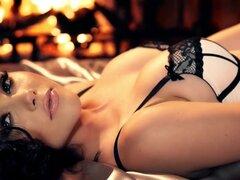 Lencería erótica posando por la muñeca morena Iana poco, Ángel morena en lencería sexy deslumbra con su sensual solo posando escenas combinados con muchos toques suaves en todo sus tetas firmes y cereza hinchada