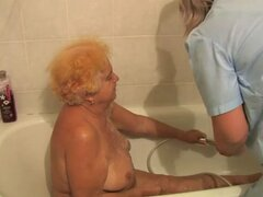 Abuela vieja, gordita abuela, abuelita agradable con chico joven. Abuela vieja, gordita abuela, abuelita agradable con chico joven