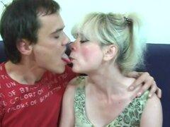 La abuela tiene diversión con hombre joven