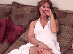 Mamá madura arroyo jugando con su coño afeitado