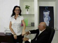 Joven secretaria consigue su culo perforado