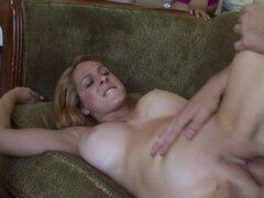 Los chicos golpean duro a las mujeres lindas. Las mujeres se follan en diferentes posiciones por los machos muy bonitos