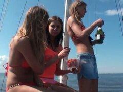 Chicas lesbianas desnudas bajo el candente sol