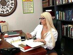 Golpeando la preciosa MILF rubia Brooke Haven en la oficina