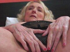 Viejo coño de abuela golpeada. Vieja abuela tetona engulle polla y coño golpeado