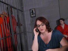 Tetona Maggie Green tiene trío Interracial en la cárcel
