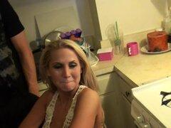 Rubia de cabello largo en cortos dando mamada de polla grande en la cocina - Alanah Rae