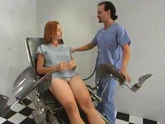 Cutie pelirroja Kellyfire es follada por un doctor y una máquina del sexo
