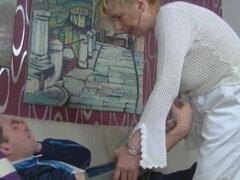 Alemán abuelita enfermera folla su paciente