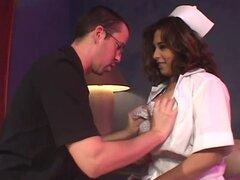 Enfermera madura tetona sabe ayudar,