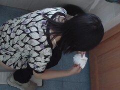 Chica asiática-morena meando en el baño público, maravillosa meando video de algunos adolescentes en el baño, que no hay que esperar a ser filmado por una cámara en este tipo de lugar.