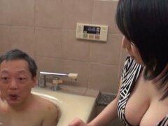 Busty chick japon es bañarse con un anciano