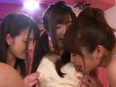 Teens asiáticas squirting en Trio lésbico. Teens asiáticas squirting en Trio lesbiana después de usar vibradores