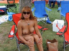 Nudistas maduras perforadas Mostrar todo en el resort, dos pezones y un clitoris hermoso ser sexy en el polluelo tetona relajado en una silla en el resort nudista. Otra chica con tetas falsas y tatuajes es un espectáculo digno de ver así.