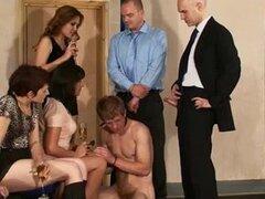 Clip porno sucio con la orgía bisexual. Un hombre fuerte era el centro de este porno bisexual. Su amante le hizo chupar una polla de guy.s mientras que perforó el culo.