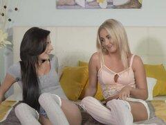 Lesbianas en calcetines sexy lamiendo, Europea rubia y morenas lesbianas chicas con sexy calcetines en la cama luego besando apasionadamente y desnudarse luego lamiendo y digitación