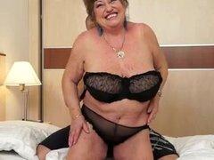El tamaño no importa. Tomi no es exigente cuando se trata de abuelas. Arrugada o lisa, delgada y grasa, se pone cachondo cuando tiene la oportunidad de seducir a uno de ellos en su mal. Margitta es algo en extremo gordito, pero Tomi es un gran momento 'tr