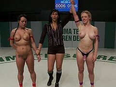 Impresionantes lesbianas luchadores terminan teniendo sexo con vibradores