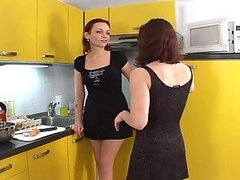 Dos chicas de pelo castaño sexy follando en la cocina