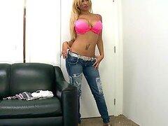 Cachonda stripper rubia de grandes tetas redondas hace todo lo que esta a su alcance para ganar el casting