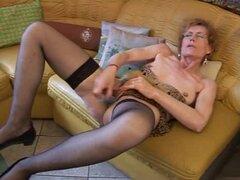 La abuela Carla disfruta de su vibrador