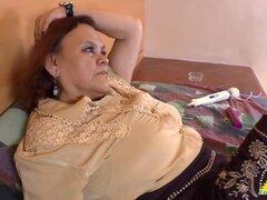 LATINCHILI abuelita Gloria masturbandose coño Latino. La masturbación es siempre buena opción sobre todo cuando eres viejo abuela Latina como Gloria