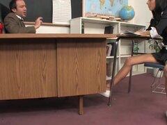 Inmorales estudiante follando su profesora, Stephanie es un estudiante que está dispuesto a ir la milla adicional para un grado que vale la pena!