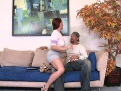 Seductora pelirroja en shorts se involucra en sexo interracial y obtiene en tetas