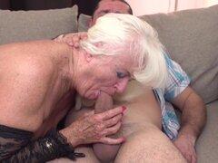 Mamá y abuelita consiguen folladas por sus agujeros maduros
