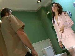 Sexy secretaria morena folla en cuarto de baño con gafas por RB