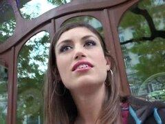 Sexy belleza española Julia roca gana dinero extra por flas