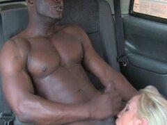 Tio negro musculoso tuvo suerte en taxi. Tio negro musculoso consiguió su polla aspirado en taxi grande MILF cachonda boobied entonces él golpeó su agujero coño mojado en el asiento trasero después de buenas lamidas