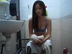Chica asiática con coño peludo había atrapado orinar, asiatico con coño peludo capturadas por camaras ocultas en baño teniendo un pis y limpiar su coño mojado.