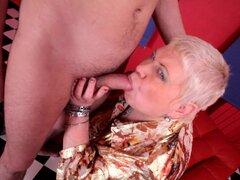 Estilo de Doggy fuck ofrece mamá madura en medias sexys
