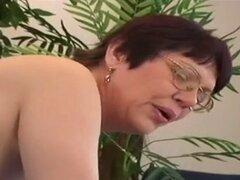 gorda abuela peluda joven en buena acción