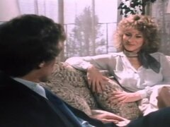Porno leyenda John Holmes se la follan, enorme dicked leyenda del porno John Holmes se sienta en el sofá con la lasciva rubia Cindy Shepard, y tiene algo que quiere. Pronto ella está chupando su polla descomunal, capaz de envolver ambos brazos alrededor d