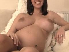 Caliente mujer sexy madura en acción, este hottie madura es tan amateur que está desorientado sobre qué hacer en video. Ella está desnuda, mostrando sus grandes tetas y su protuberancia del vientre y piernas sexy larga y agujero del coño.