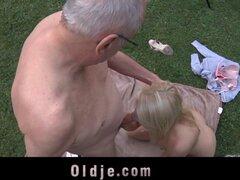 Viejo folla jovencita rubia le hace traga su semen. Un anciano folla a una joven rubia hace su chupar su polla ella sopla su pollón traga su semen le folla por detrás y tiene su saltando sobre su polla