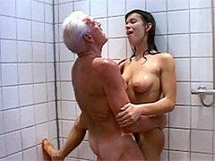 Cachonda latina muy puta es follada y cubierta de leche por un hombre mayor en la ducha