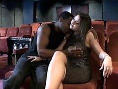 Cachonda esposa morocha muy sexy obtiene una intensa follada interracial en el cine